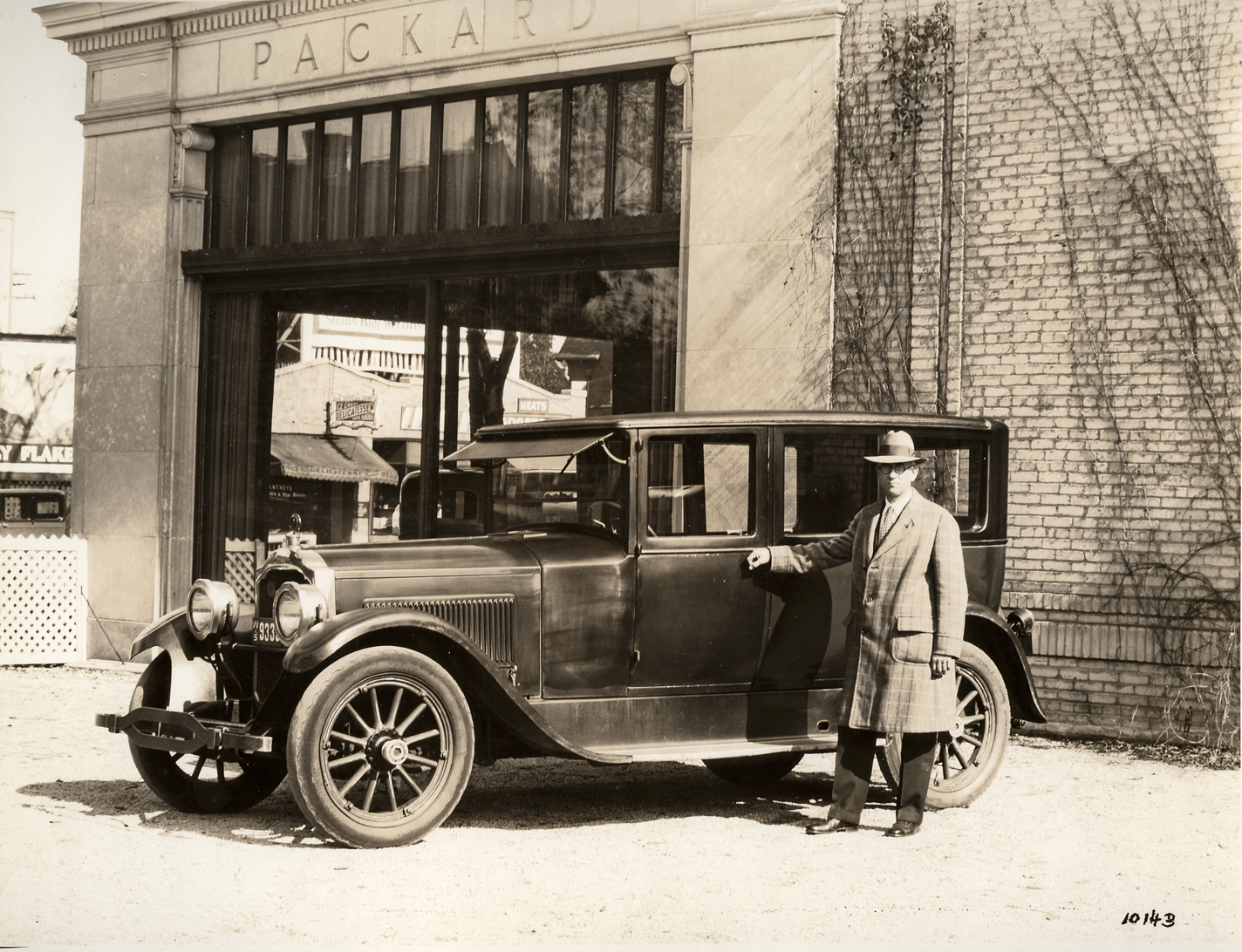 Car Dealerships New Orleans >> 1922-1923 Packard sedan, in front of Packard dealership with owner Thomas Allen | DPL DAMS